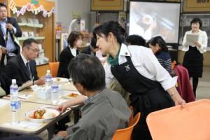 野菜ソムリエの皆さんは,厨房でのお料理補助から会場でのサービスまで,大活躍です.