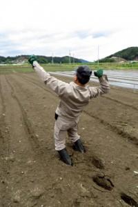 ぬかるむ農地に足を取られてのけぞる岡田さん.まるでマトリックス!