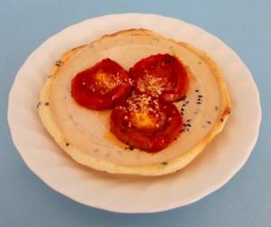 ふれあいランド岩手20周年感謝祭で販売する南部トマト焼き.南部せんべいを使った美味しいトマトのスナックです.
